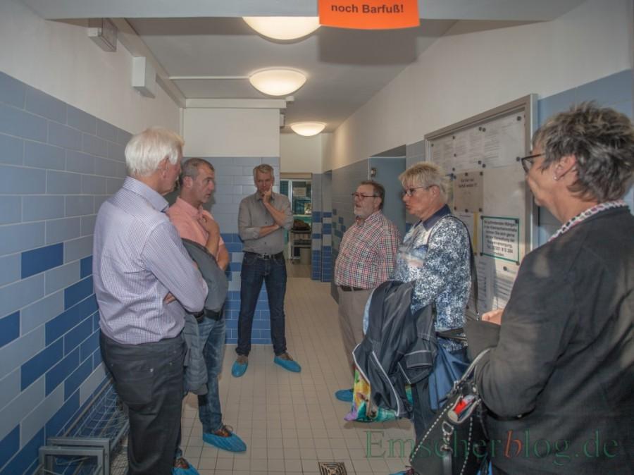 Bei einem Ortstermin überzeugen sich Bürgermeisterin Ulrike Drossel und Mitglieder des Betriebsausschusses vom Ergebnis der Umbauarbeiten in der Kleinschwimmhalle. (Foto: P. Gräber - Emscherblog.de)