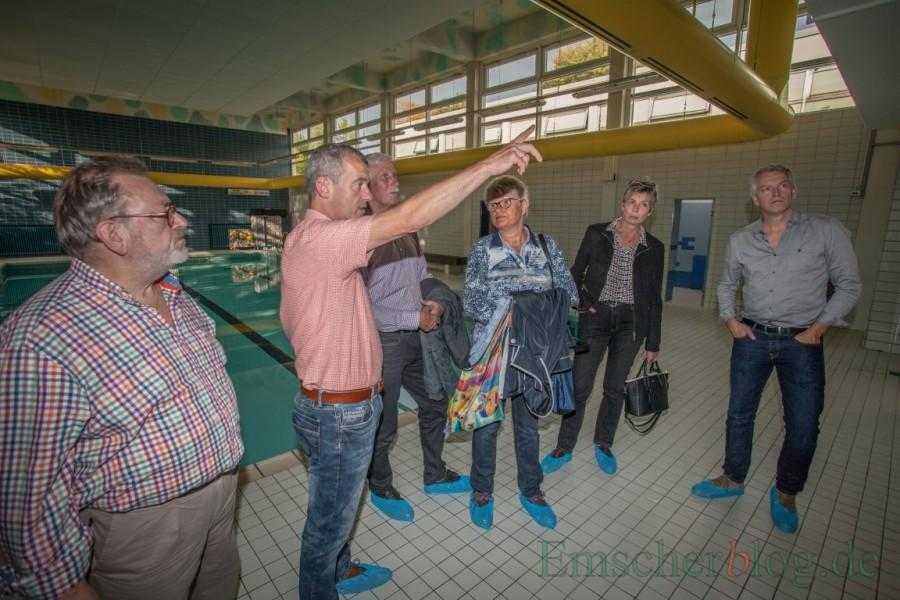 Nach dem Umbau ist vor dem Umbau: Bäderchef Stefan Petersmann (2.v.l.) erläutert die nächsten geplanten Modernisierungsmaßnahmen in der Kleinschwimmhalle. (Foto: P. Gräber - Emscherblog.)
