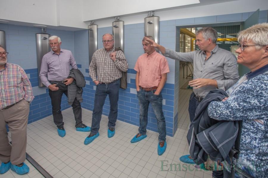 Architekt Ben Borchmann (2.v.r.) erläutert die Umbaumaßnahmen inb den Duschen. (Foto: P. Gräber - Emscherblog.de)