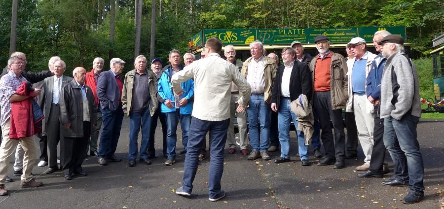 Spontanes Ständchen der Sänger des MGV Eintracht Hengsen bei ihrem Ausflug ins Sauerland am vergangenen Sonntag. (Foto: privat)