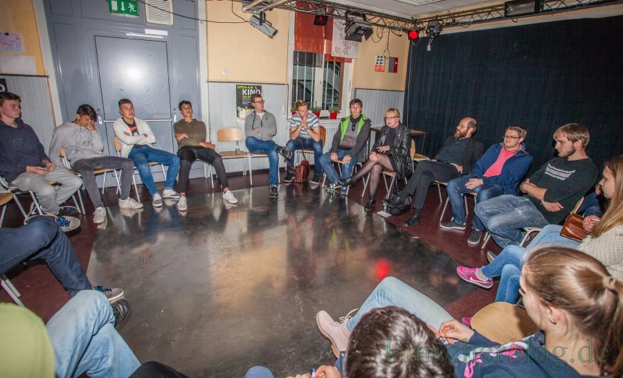 Ruth Tietze erklärt den Jugendlichen, warum sie in die Politik gegangen ist. (Foto: P. Gräber - Emscherblog.de)