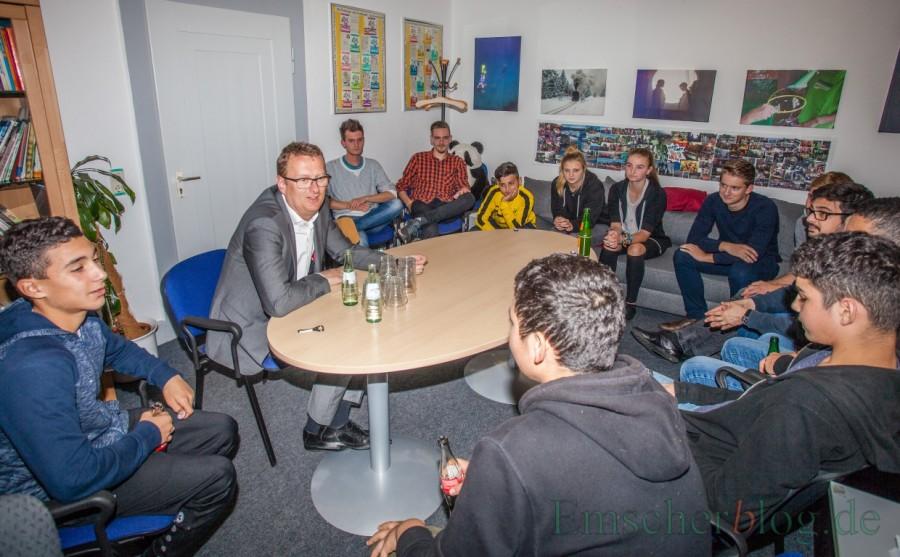 Oliver Kaczmarek erläuterte den jungen Leuten, warum der Bund auch Universitäten und Schulen finanziell fördern können sollte und warum dafür das Grundgesetz geändert werden müsste. (Foto: P. Gräber - Emscherblog.de)