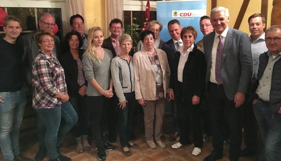 Stellte sich den Fragen beim Politischen Abend der CDU: CDU-MdB Hubert Hüppe 3.v.r. Foto: privat)
