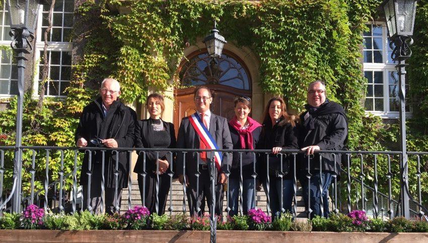 Die Louvierser Ratsvertreter um Bürgermeister Francois Priollaud (M.) und Vize-Bürgermeisterin Anne Terlez (3.v.r.) am Sonntagvormittag auf der Rathaustreppe auf dem Weg zu Bürgermeisterin Ulrike Drossel. Foto: privat)