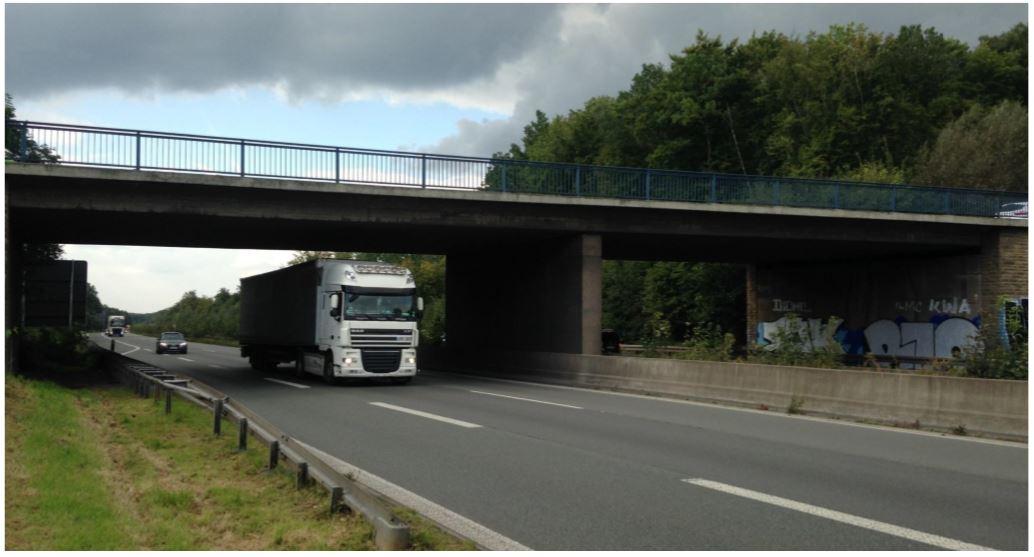 Mit dem Neubau der Brücke der Anschlusstelle Sölde beginnt der Ausbau 2018. Die alte Brücke (Bild) bleibt in der Bauzeit erhakten. Die Fahrbahn wird nördlich verschwenkt. (Foto: DEGES)