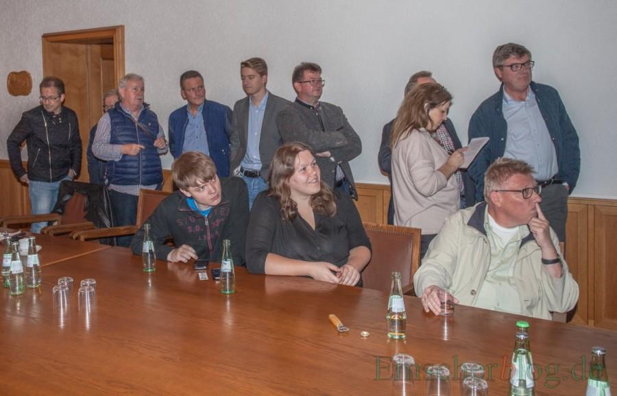 Wechselbad der Gefühle: Mit Spannung verfolgen die Besucher im Sitzungszimmer des Rathauses die eingehenden Wahlergebnisse aus den einzelnen Wahllokalen in der Gemeinde. (Foto: P. Gräber - Emscherblog.de)