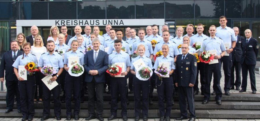 Landrat Michaerl Makiolla begrüßte die insgesamt 23 neuen Polizeibeamtinnen und -beamten in der Kreiospolizeibhörde Unna.  Foto: Kreis Unna)