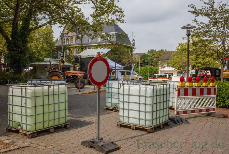 Beim Holzwickeder wurden sie erstmals aufgestellt: die Wasserbehälter, mit denen die Gemeinde die Zufahrten bei öffentlichen Veranstaltungen sperrt. Ehrenamtliche und Vereine müssen bei ihren Veranstaltungen für die Behälter tief in die Kasse greifen. (Foto: P. Gräber - Emscherblog.de)