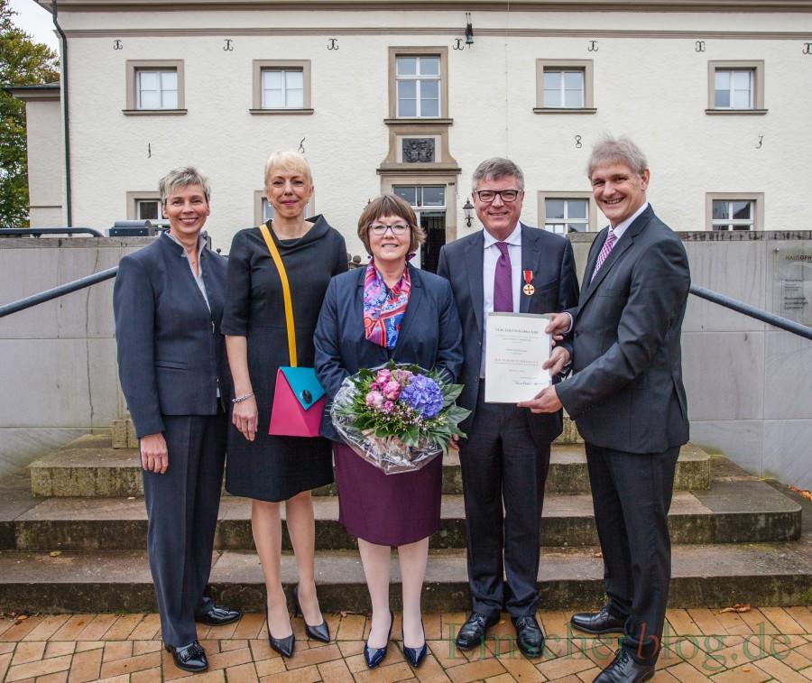 Gruppenfoto nach der Ordensverleihung, v.l.: Bürgermeisterin Ulrike Drossel, Susanne Schneider (FDP-MdL), Ute und Jochen Hake, Landrat Michael Makiolla. (Foto: P. Gräber - Emscherblog.de)