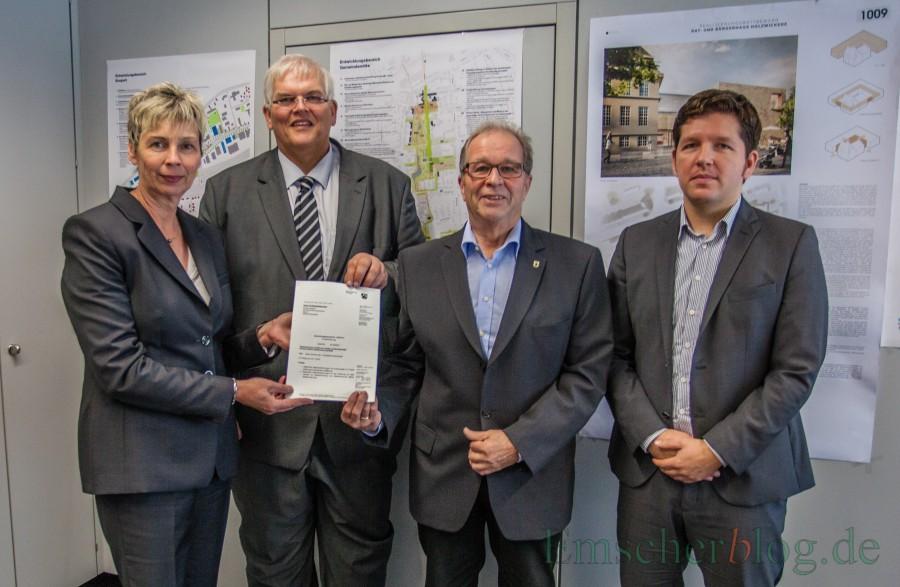 Regierungspräsident Hans-Josef Vogel (2. v. l.) überreichte den Förderbescheid an Bürgermeisterin Ulrike Drossel, Kämmerer Rudi Grümme und Wirtschaftsförderer Stefan Thiel (v. l.) (Foto: P. Gräber - Emscherblog.de)