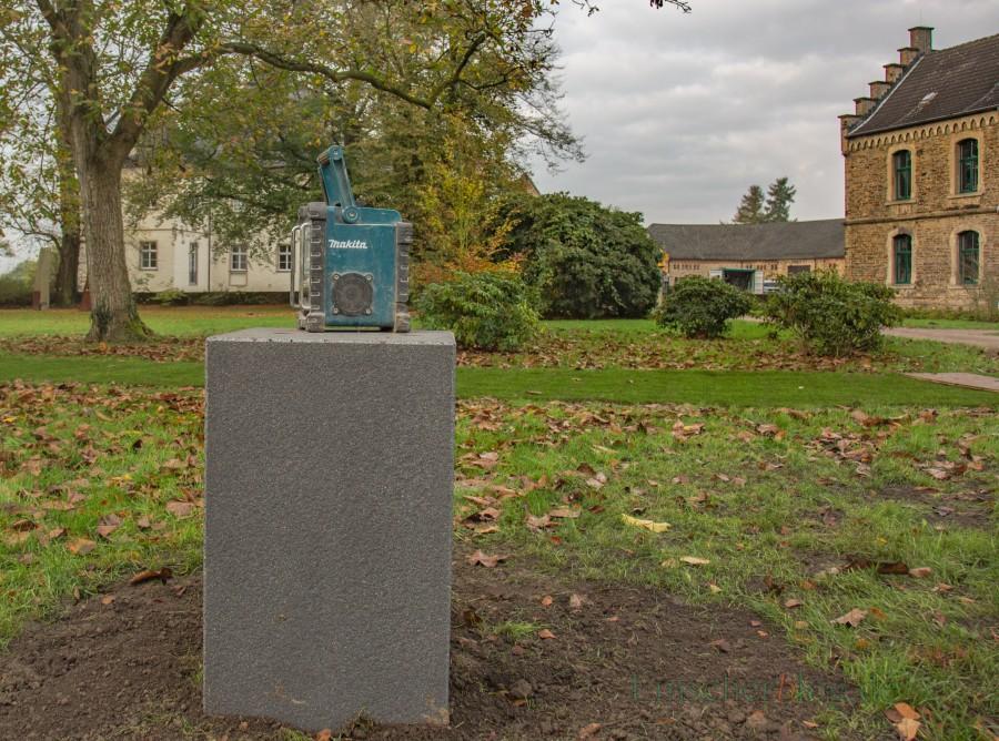 Auch im Park am Haus Opherdicke sind heute die Sockel für die übrigen zwölf Puccinell-Skulturen aufgestellt worden. (Foto: P. Gräber Emscherblog.de)
