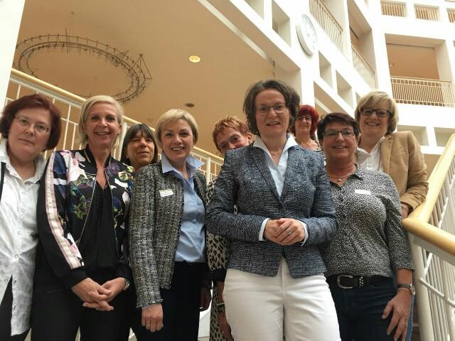 Die Gleichstellungsbeauftragten aus dem Kreis Unna beim Treffen mit der NRW-Gleichstellungsministerin Ina Scharrenbach in Dortmund. Foto: privat