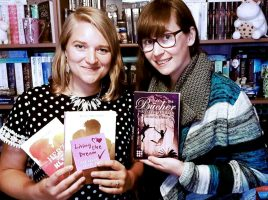 Lesen in der Gemeindebücherei aus ihren Büchern: die beiden Autorinnen Felicitas Brandt (r.) und Amelie Murmann. (Copyright: Felicitas Brandt und Amelie Murmann)