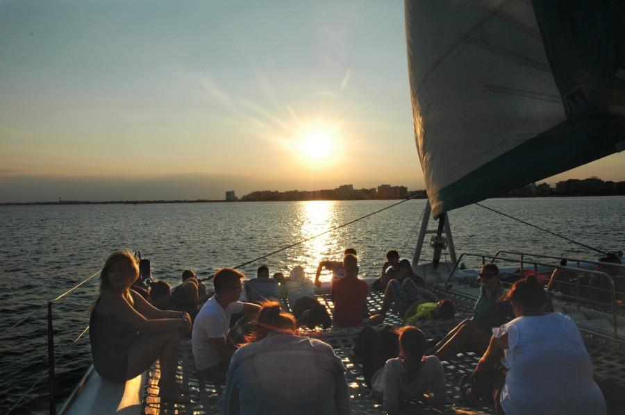 Segel-Tour in den Sonnenuntergang während der Spanienfreizeit der Ev. Jugend im Jahr 2015. (Foto: privat)