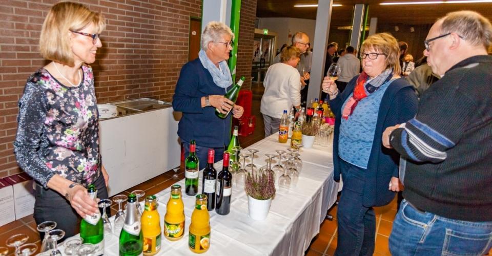Kommunalpolitikerinnen und -politiker aller Parteien bewirteten die geladenen Gäste mit kostenlosen Schnittchen und Getränken. (Foto: P. Gräber - Emscherblog.de)