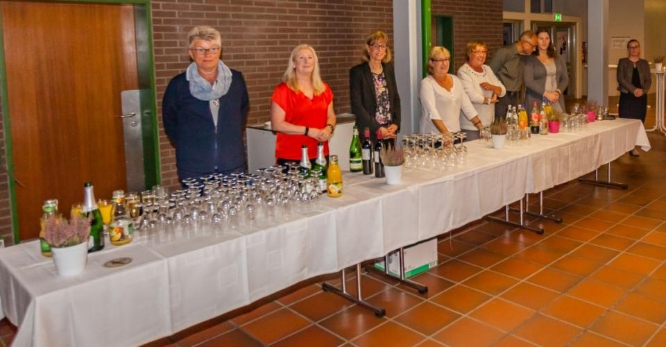 Der Service klappte reibungslos: Mitglieder aller Parteien, darunter auch viele Ratsmitglieder, bewirteten die Gäste am Tag des Ehrenamtes. (Foto: P. Gräber - Emscherblog.de)