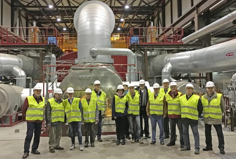 """Das Foto zeigt die Gruppe aus der Senioren-Begegnungsstätte vor dem """"Herzstück"""" der Kraftwerksanlage, der Turbine. (Foto: privat)"""