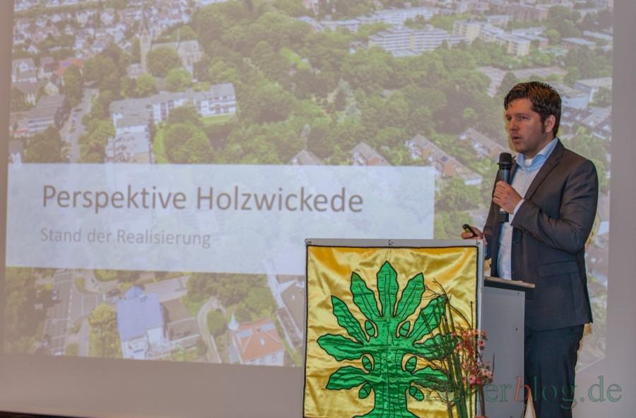 Holzwickedes Wirtschaftsförderer Stefan Thiel erläuterte die beiden gerade freigeschalteten neuen Internetseiten der Gemeinde Holzwickede und die nächste ISEK-Projekte. (Foto: P. Gräber - Emscherblog.de)