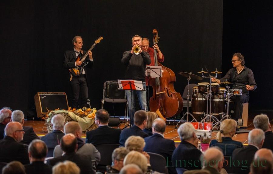Das Tropical Quartett, vier Holzwickeder Musiker um den Kontrabassisten Uli Bär, sorgten mit karibischen Jazz-Rhythmen für den musikalischen Rahmen beim Jahresempfang der Gemeinde im Forum. (Foto: P. Gräber- Emscherblog.de)