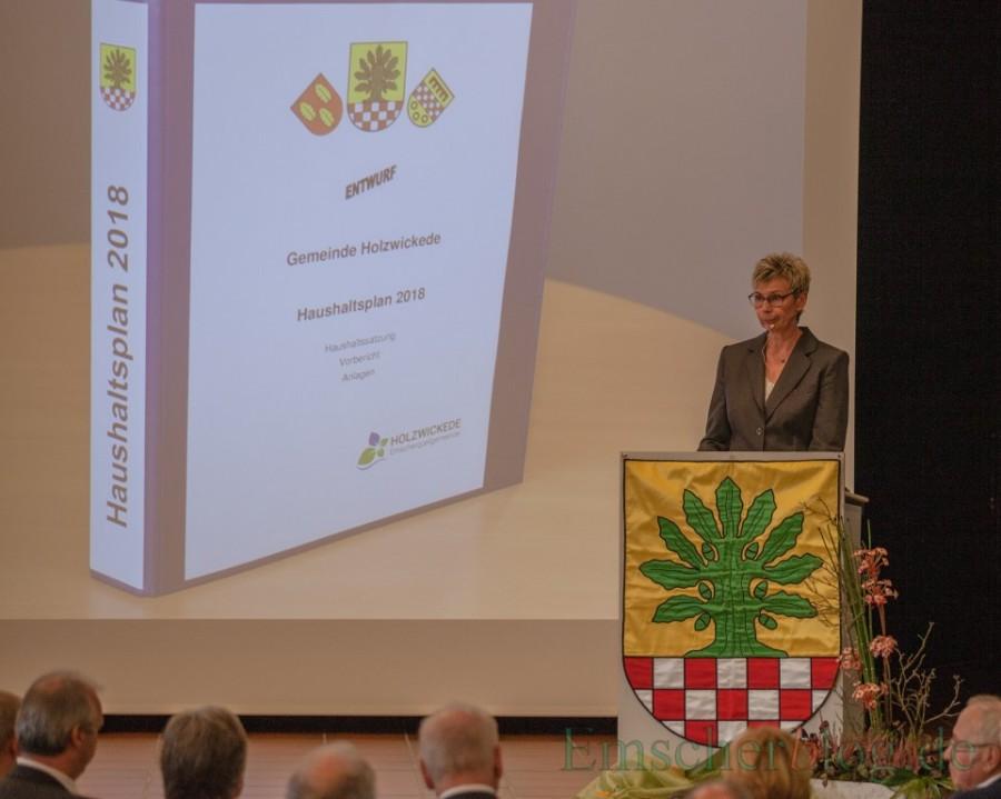 Bürgermeisterin Ulrike Drossel zeigte die aktuelle und künftige Entwicklung der Gemeinde Holzwickede in ihrer Rede auf. (Foto: P. Gräber - Emscherblog.de)