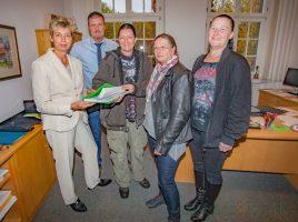 Bürgermeisterin Ulrike Drossel und der 1. Beigeordnete Bernd Kasischke nehmen die 895 Unterschriften von Bianca RFiedel, Elisabeth Willecke und Jennifer Host entgegen. (Foto: P. Gräber - Emscherblog.de)