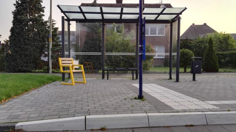 Drei gelbe Mitfahrbänke wie diese werden jetzt in den Haltestellen in Hengsen, Opherdicke und für die Rückfahrt in der Gemeindemitte aufgestellt. (Foto: Gemeinde Holzwickede)