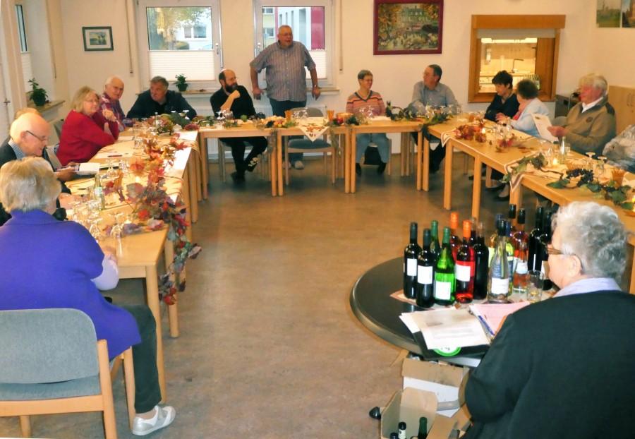 Der Trägerverein der Senioren-Begegnungsstätte veranstaltete am Freitag (27.10.) in Zusammenarbeit mit dem Weinhaus Siegel eine Weinprobe in der Vafeteria des Seniorentreffs. (Foto: privat)