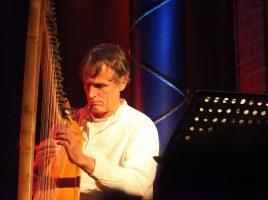 Gastiert auf Haus Opherdicke: der Harfenist Tom Daun – Foto: Sybille Anneck