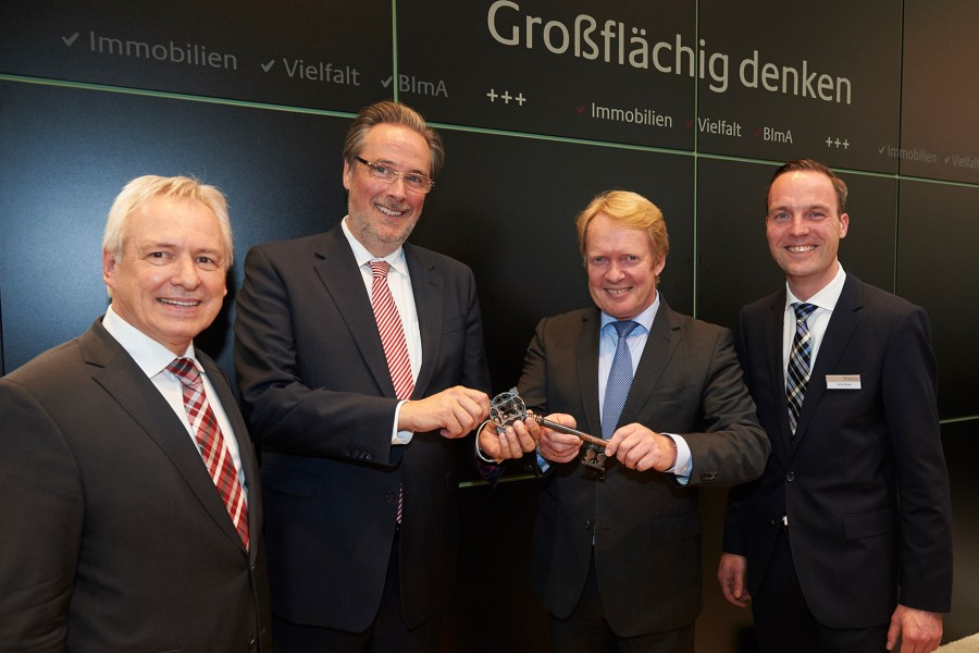 Schlüsselübergabe heute auf der Expo in München, v.l. haben (von links): Dr. Gerald Brummund, BImA-Vorstandsmitglied Paul Johannes Fietz, Stefan Welkner sowie Felix Nolte (Verkaufsmanager bei der BImA für Ostwestfalen–Lippe). (Foto: BiMA)
