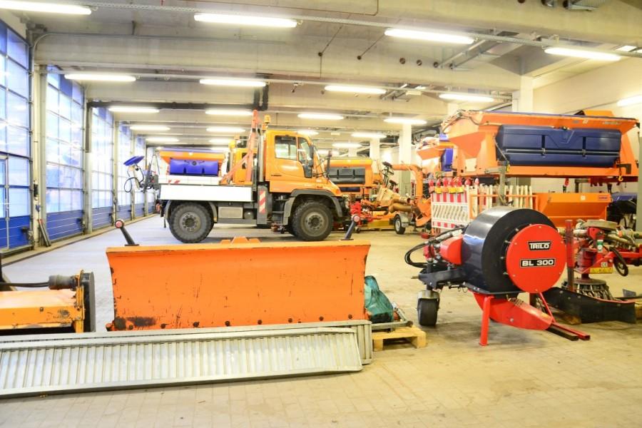 Winterdienst Fahrzeuge: In der Garage des Kreis-Bauhofs stehen die Fahrzeuge, Salztanks und Schneeschieber bereit. (Foto: Max Rolke – Kreis Unna)