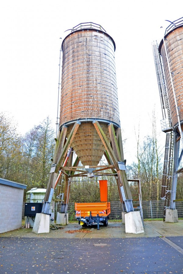 Die Salzlager des Kreises sind gefüllt: In diesem Silo lagern 250 Tonnen. Insgesamt werden am Kreis-Bauhof in beiden Silos 500 Tonnen bereitgehalten und bei Bedarf auf die Fahrzeuge verteilt. (Foto: Max Rolke – Kreis Unna)