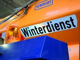 """Winterdienst Unimog: Die Fahrzeuge sind einsatzbereit und gut sichtbar mit """"Winterdienst"""" gekennzeichnet. Foto: Max Rolke – Kreis Unna"""