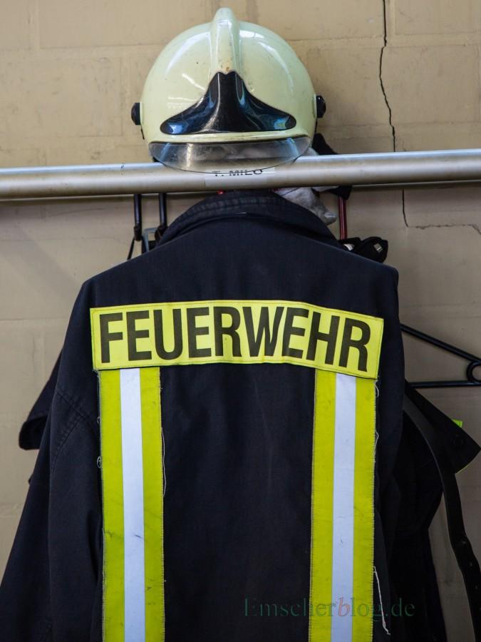 Risse in den Wänden und die Diensdtkleidung hängt in den Abgasen der Feuerwehrfahrzeuge: mit einem Anbau sollen die grundlegenden Mängel im Feuerwehrgerätehaus Mitte behoben werden. (Foto: P. Gräber - Emscherblog.de)