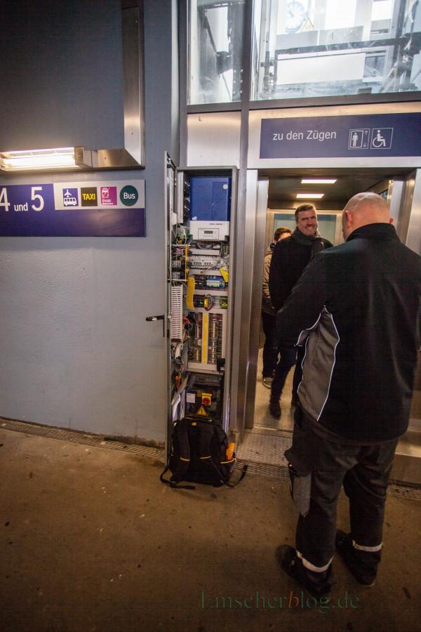 """Bis zur letzten Minute arbeitete der Techniker der Bahn am Aufzug im Bahnhof Holzwickede: Bernd Kasischke, 1. Beigeordneter der Gemeinde, bei der """"Testfahrt"""" kurz vor der offiziellen Inbetriebnahme. (Foto: P. Gräber - Emscherblog.de)"""