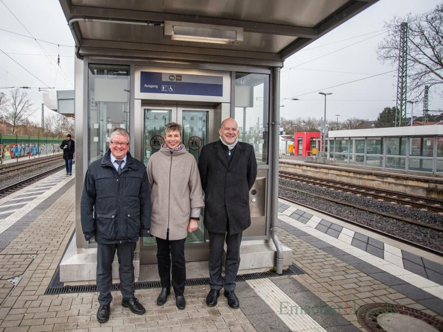 Freude über den Abschluss der Modernisierung und die Barrierefreiheit des Bahnhofs Holzwickede, v.l.: Thomas Ressel (Geschäftsleitung NWL), Bürgermeisterin Ulrike Drossel und Jörg Seelmeyer (Leiter Bahnhofsmanagement) (Foto: P. Gräber - Emscherblog.de)