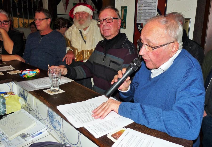 """Vor den Augen und Ohren des Weihnachtsmannes trugen Jenz Rother (rechts) und Gerd Kolbe ihre Geschichten beim Adventsfenster im HSC-""""Ballhaus"""" im Montanhydraulik-Stadion vor. (Foto: privat)"""
