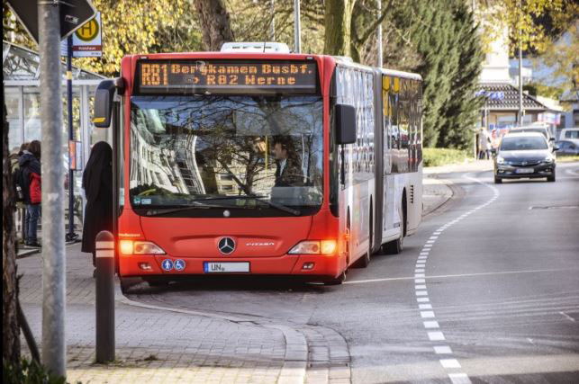 Der Bus steht mit eingeschaltetem Warnblinklicht an der Bushaltestelle. Hier gilt: Überholen nur im Schritttempo. Foto: Max Rolke – Kreis Unna Bildzeile Portrait Michael Arnold: Michael Arnold von der Straßenverkehrsbehörde. (Foto: B. Kalle – Kreis Unna)