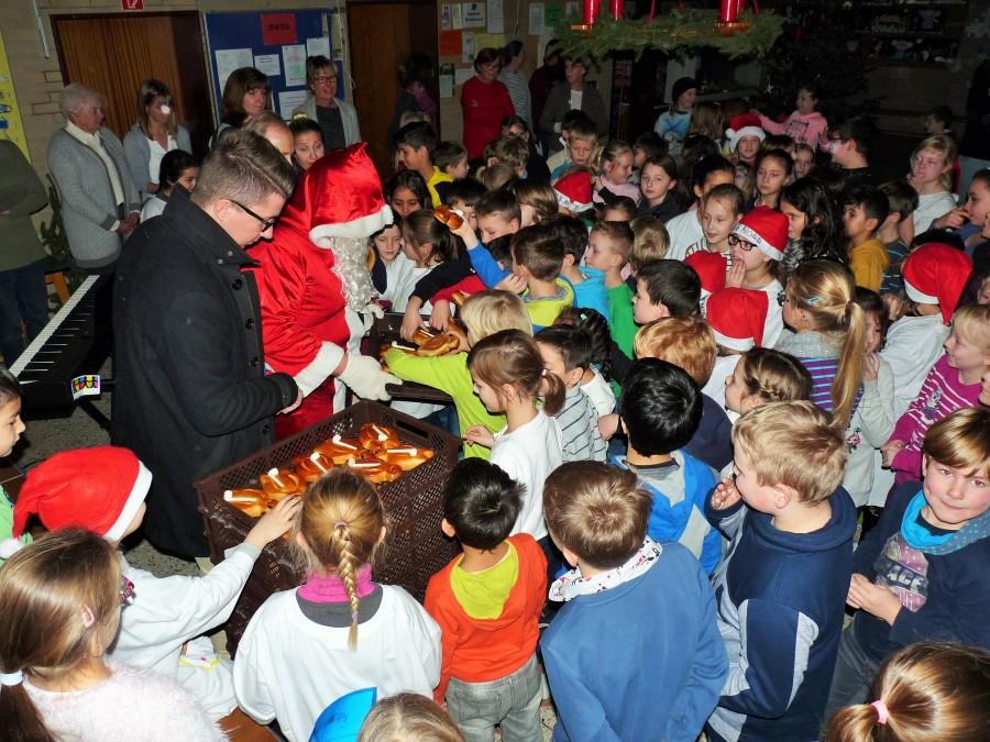 Dicht umringt waren der Nikolaus und der HSC-Präsident Sebastian Benett, als sie in der Nordschule die Stutenkerle verteilten. (Foto: privat)
