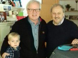 Udeo Speer, 2. Vorsitzender des HSC, gratuliert Reiner Harting, hier mit seinem Enkelsohn, zum 70. Geburtstag. (Foto: privat)
