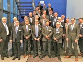 Das Foto zeigt diekanadische und die amerikanische Delegation bei der Begrüßung durch Dr. Ralf Becker (Vorsitzender der Geschäftsführung), Josef M. Mertens (kaufmännischer Geschäftsführer) und Thomas Mittag (Direktor Nordamerika). (Foto: Montanhydraulik)