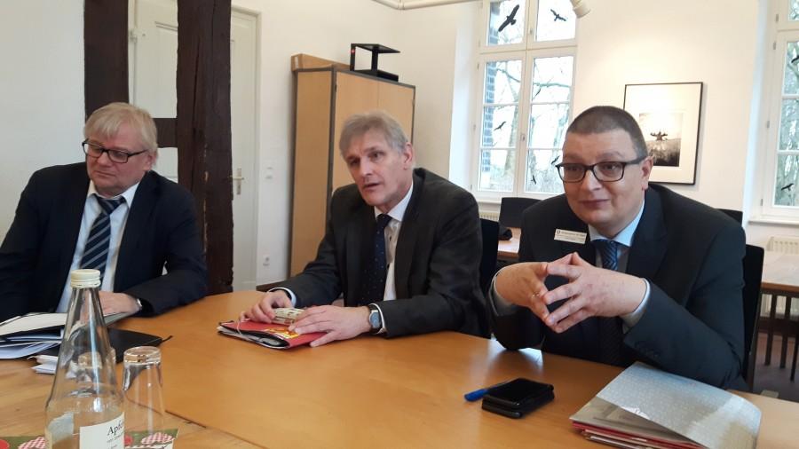 Landrat Makiolla, Jobcenter-Geschäftsführer Ringelsiep (l.) und BA-Chef Helm zogen Bilanz für das Vorhaben, die Jugendarbeitslosigkeit zu halbieren. (Foto: Constanze Rauert – Foto Kreis Unna)
