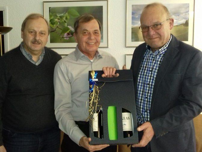 Der 2. Vorsitzende Udo Speer (l.) und Schatzmeister Wolfgang Hense (r.) gratulierten einen Tag vor dem Heiligen Abend im Auftrag des Holzwickeder SC Otto Korinth zur Vollendung des 70. Lebensjahres. (Foto: privat)