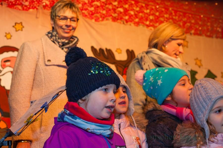 Hurra, es ist wieder Weihnachtsmarkt: Bürgermeisterin Ulrike Drossel (l.) und die Kinder des evangelischen Familienzentrums Löwenzahn eröffneten den 31. Holzwickeder Weihnachtsmarkt heute gemeinsam auf der Bühne auf dem Marktplatz. (Foto: P. Gräber - Emscherblog.de)