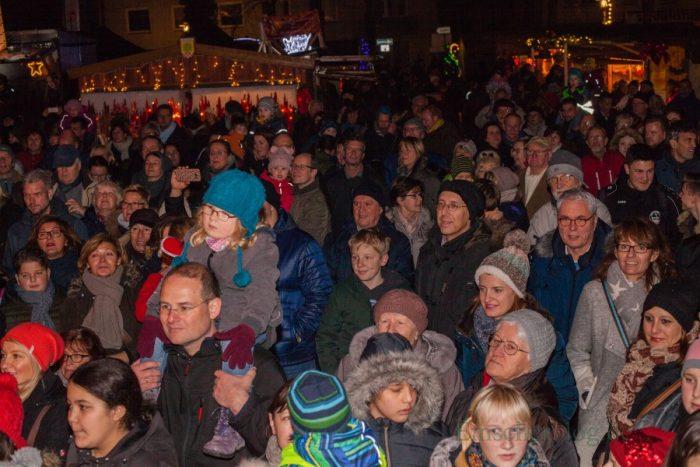 Gemeinsam mit den Kindern des evangelischen Familienzentrums Löwenzahn eröffnete Bürgermeisterin Ulrike Drossel heute die 31. Holzwickeder vorweihnachtliche Budenstadt vor dem Rathaus. (Foto: P. Gräber - Emscherblog.de)