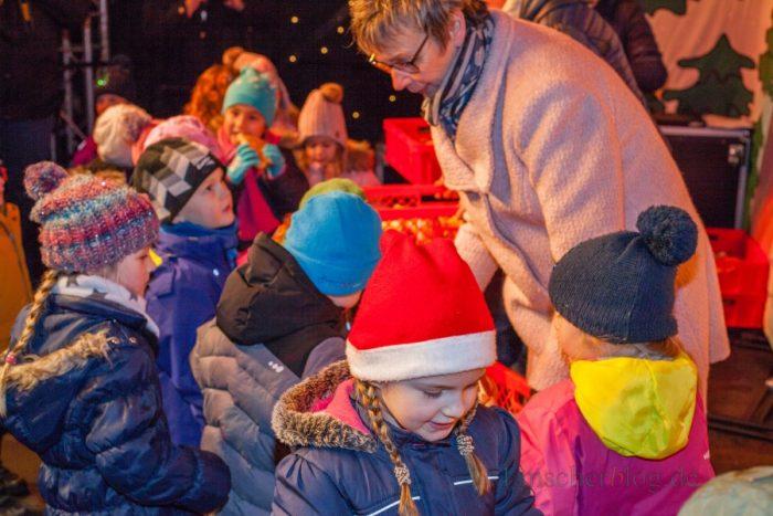 Nach dem Singen und der Eröffnung gab es die verdiente Belohnung für die wartenden Kinder: die Verteilung der Stutenkerle. (Foto: P. Gräber - Emscherblog.de)