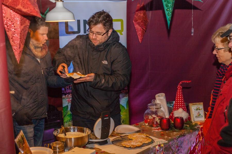 """Erstmals beteiligt sich auch Urlaubsguru.de (UNIQ GmbH) am Holzwickeder Weihnachtsmarkt. Die Mitarbeiter backen Waffeln zu Gunsten des Vereins """"Wir für Holzwickede"""". (Foto: P. Gräber - Emscherblog.de)"""