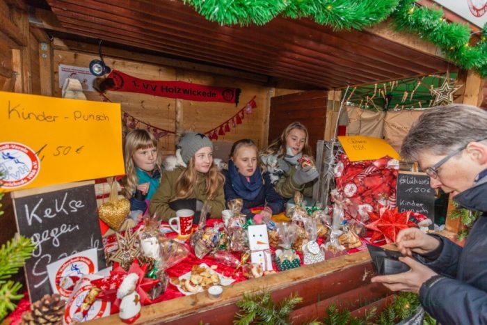 Noch bis einschließlich Sonntag lockt der 31. Holzwickeder Weihnachtsmarkt mit 85 Buden und Stränden, darunter auch viele von Vereinen, Schulen und Kindergärten. (Foto: P. Gräber - Emscherblog.de)