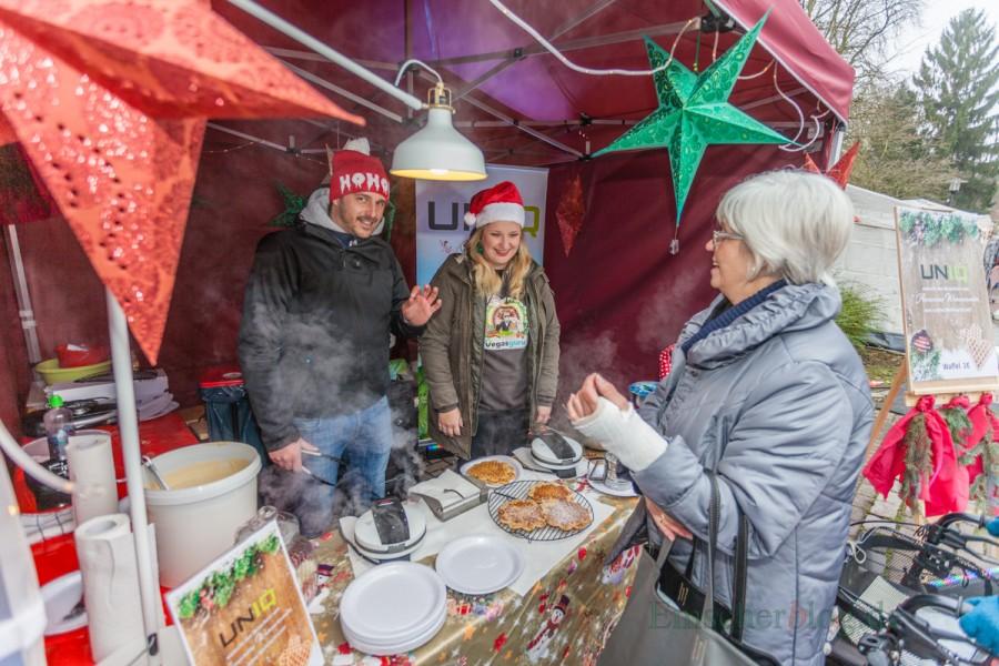 Zwei von vielen weiteren Urlaubsguru-Mitarbeitern, die auf dem Weihnachtsmarkt Waffeln für die Aktion Weihnachtsgeld buken. (Foto: P. Gräber - Emscherblog.de)