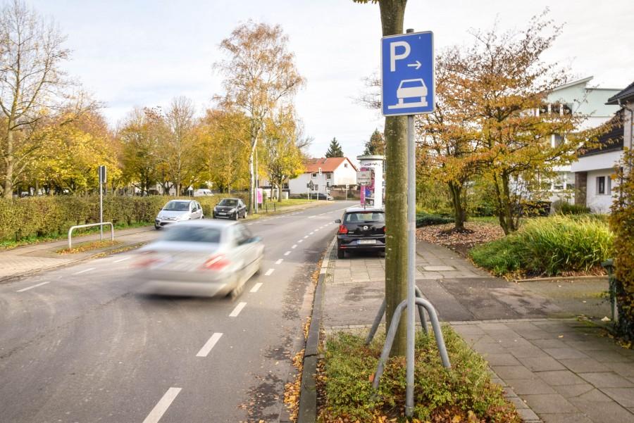 Ist ein solches Schild zu sehen, dürfen Autofahrer auf dem Gehweg parken: Es zeigt sogar an, wie sie parken dürfen – mit zwei oder vier Rädern auf dem Bordstein. Foto: Max Rolke - Kreis Unna