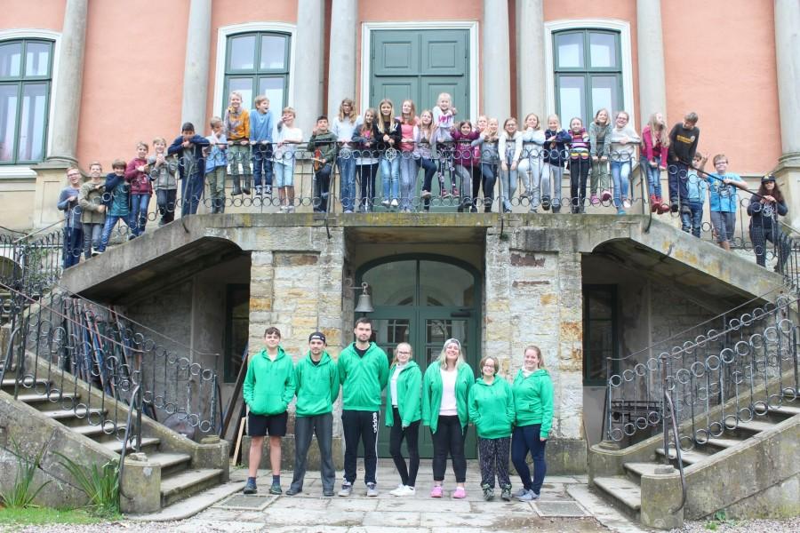 Die evangelischen Freizeit- und Tagungsstätte Schloss Baum bei Bückeburg ist auch im neuen Jahr 2018 wieder Ziel einer Freizeitgruppe der Ev. Jugend Holzwickede und Opherdicke: Das Foto zeigt die Teilnehmer der Kinderfreizeit in diesem Jahr. (Foto: privat)